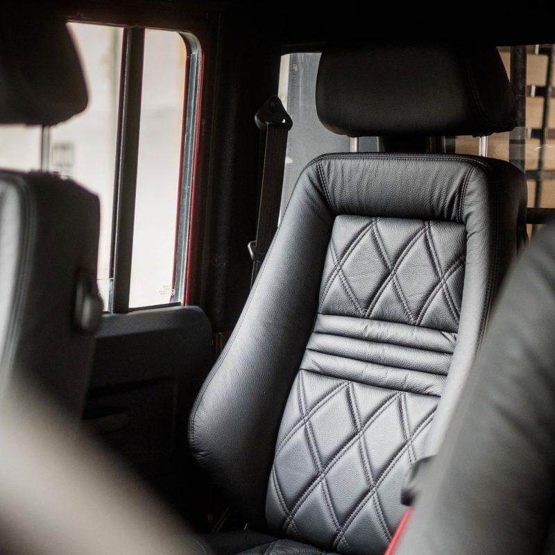 Car-penter Land Rover Defender 130 bordeauxrood bekleding autostoelen