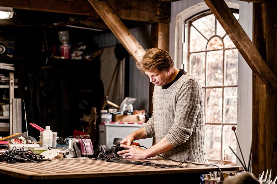 Car-penter houtspecialist Jeroen Kist in de timmerwerkplaats voor bijzondere auto interieurs