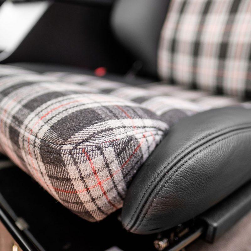 Car-penter Land Rover 110 bekleding stoelen met zwart leer en stof in schotse ruit detail vakmanschap